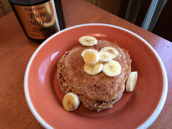 Pancakes with banana, cinnamon, and maple syrup.